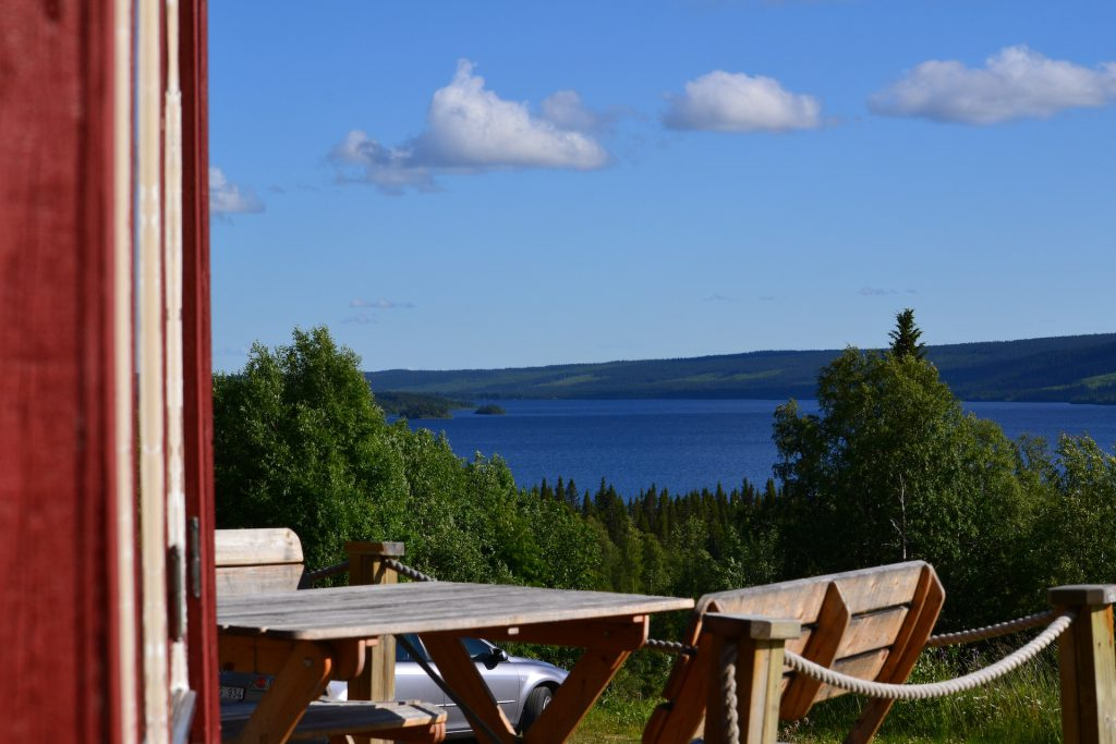 Utsikt över Åkersjön från uteserveringen på Åkersjöns Fjällhotell
