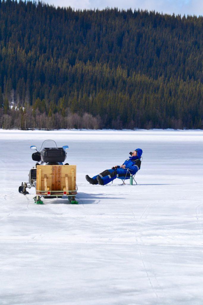 En stilla stund på isen med termosen bredvid och pimpelspöet i handen. Foto LakeHouse Media