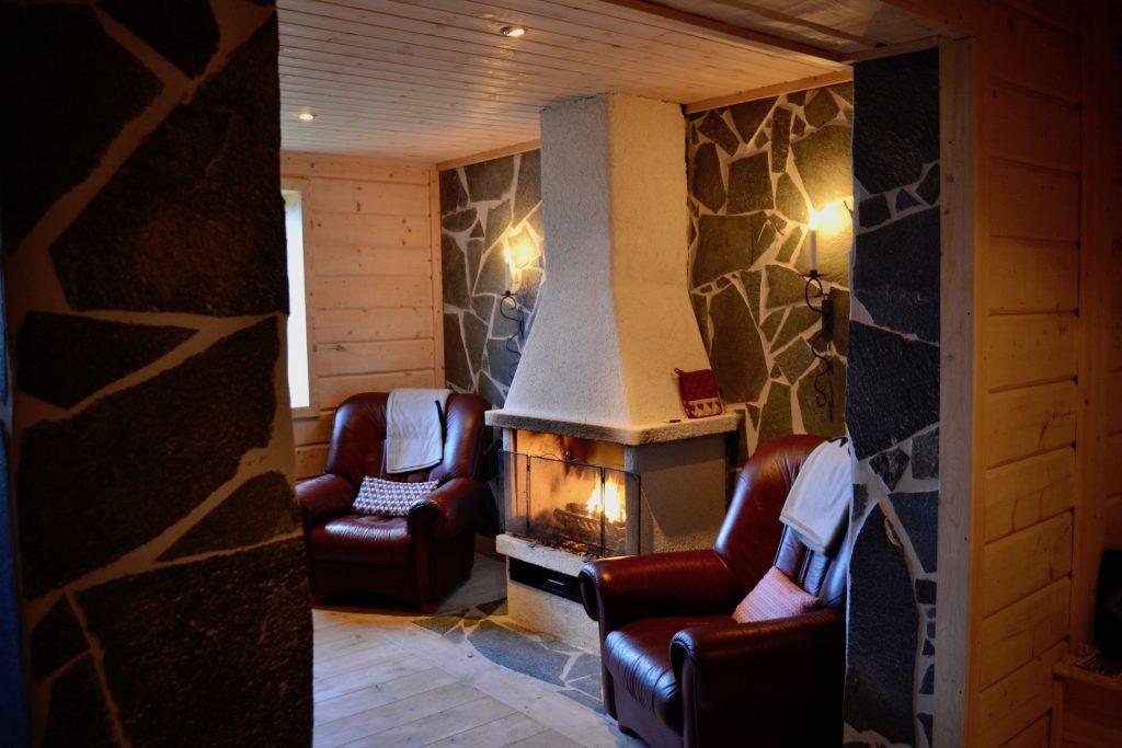 Värm dig vida brasan i puben på Åkersjöns Fjällhotell