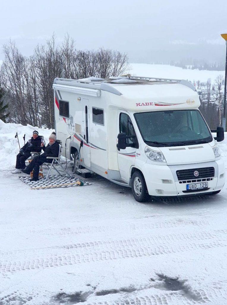 Ställplatser med härlig utsikt över sjö och fjäll för husbil hos Åkersjöns Fjällhotell